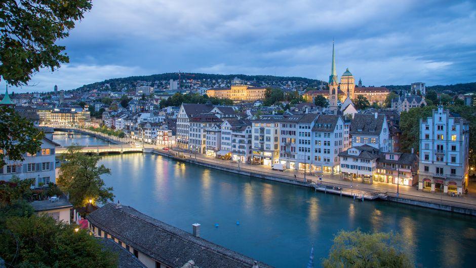 Blick auf den Züricher Stadtteil Niederdorf in der Abenddämmerung.