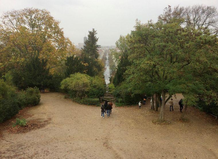 Vom Kreuzberg im Viktoriapark hast du einen tollen Blick über die Dächer Berlins.
