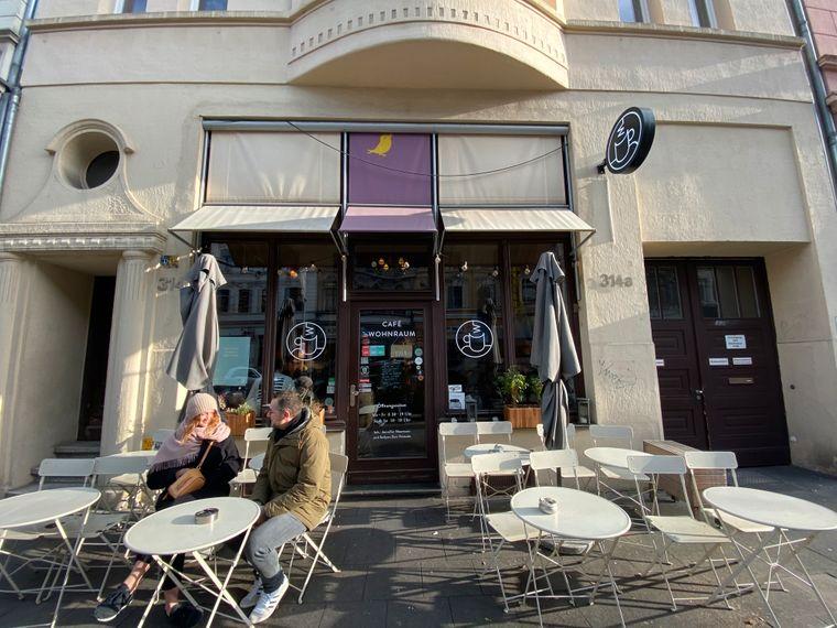 Hohe Backsteinwände und Wohnzimmerstil – das ist das Café Wohnraum in Nippes.