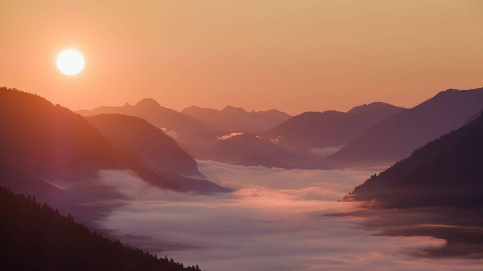 Nebel beim Sonnenaufgang im Werdenfelser Land in Bayern.