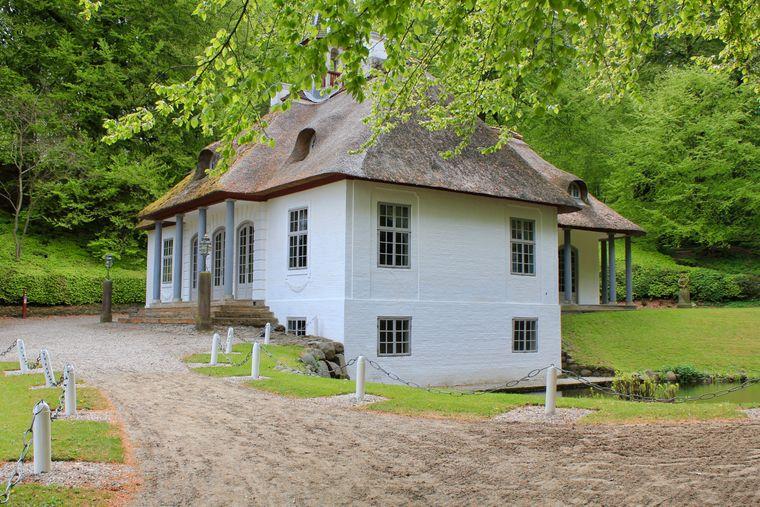 Das strohgedeckte Häuschen in der weitläufigen Parkanlage von Liselund ist tatsächlich ein Lustschloss.