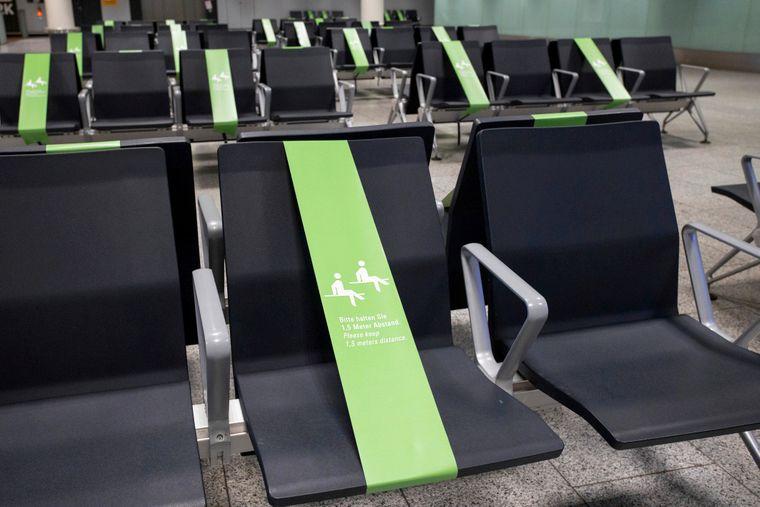Abstandsmaßnahmen im Wartebereich des Flughafen Frankfurt.
