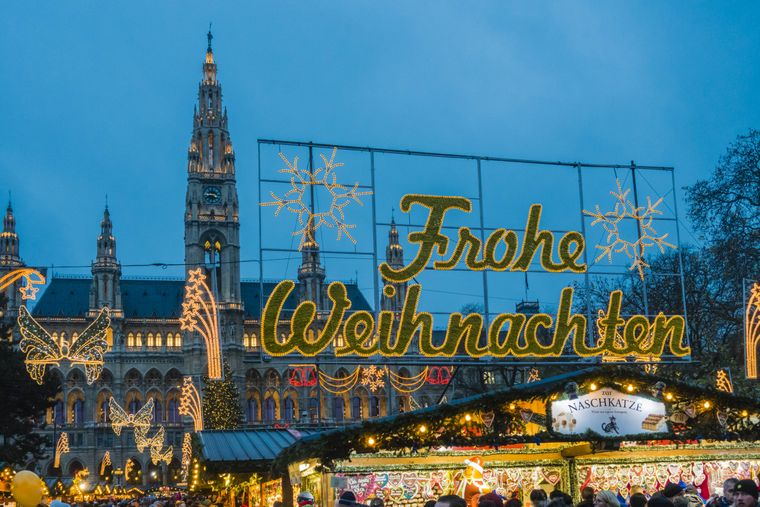 Vor dem Rathaus findet unter anderem der Wiener Christkindlmarkt statt.