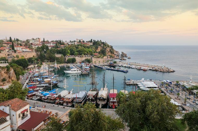 Der Mermerli Beach liegt direkt am Hafen Antalyas.