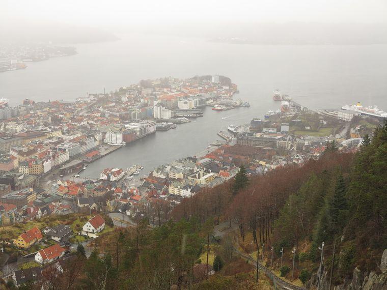 Von der Bergstation der Standseilbahn auf den 320 Meter hohen Hausberg Fløyen aus sehen Reisende Bergen von oben.