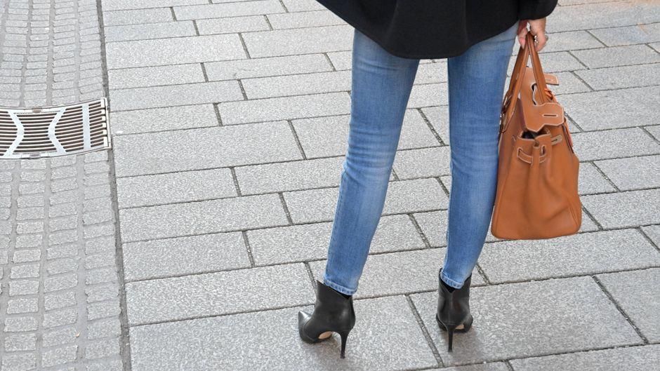 Eine Frau mit Handtasche: Ryanair erlaubt nur noch kleine Taschen als kostenloses Handgepäck.