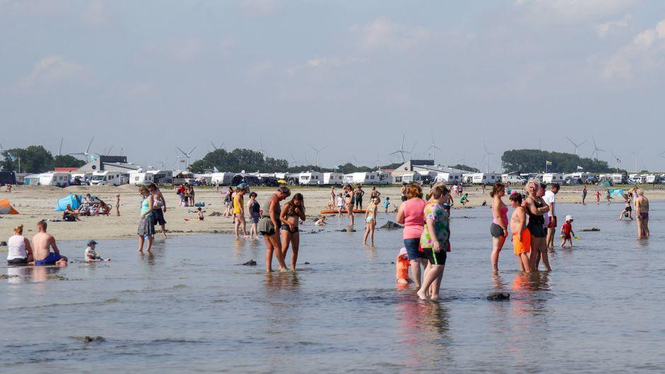 Im Strandbad Bensersiel an der Nordsee tummeln sich nur wenige Badegäste, welche die Abstände wegen Corona gut einhalten.