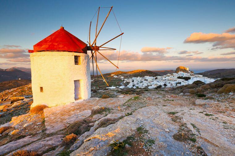 Chora auf Amorgos sprüht vor Kykladen-Romantik: Schneeweiße Häuser, blaue Fensterläden und kleine Kapellen machen das Idyll perfekt.