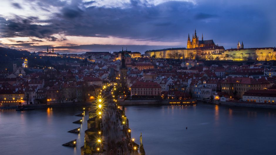 Sowohl bei Nacht als auch bei Tag ist die Karlsbrücke in Prag ein echter Hingucker.