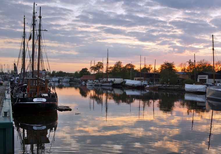"Der 1948 gebaute Segelkutter ""Hedi"" im Sonnenuntergang – maritime Romantik!"