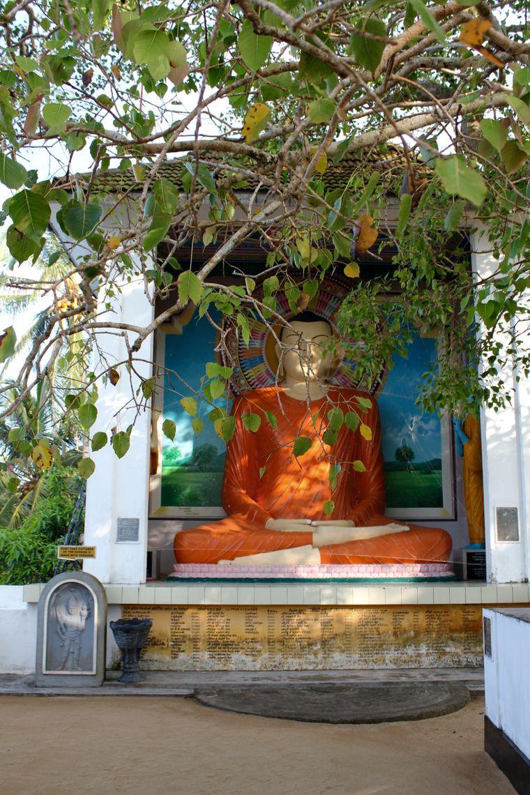 Die Glaubensstätten haben es Christina angetan. Hier: Eine Buddhastatue auf der Tempelinsel.