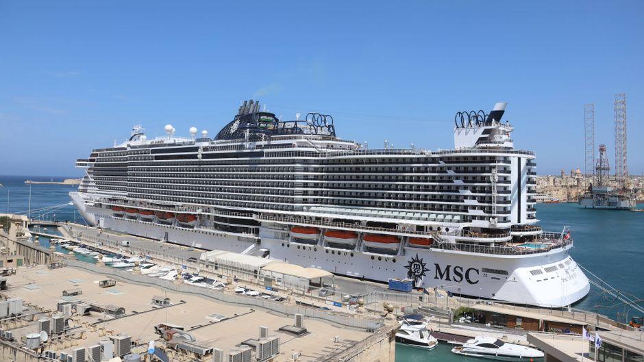 """Das Kreuzfahrtschiff """"MSC Seaview"""" liegt an einem Hafen."""