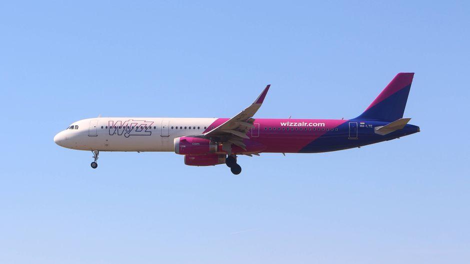 Die Passagiere sollten mit Wizz Air nach Budapest fliegen, doch das endete im Desaster.