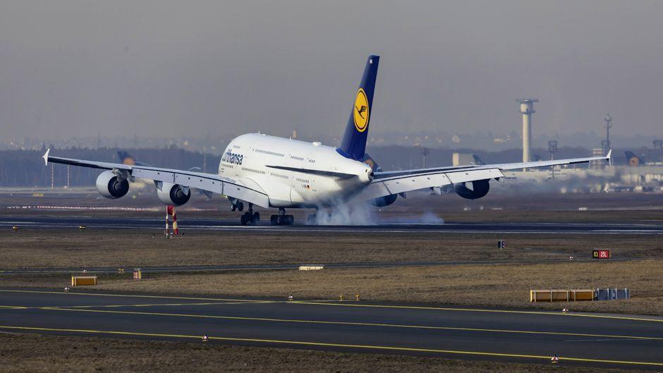 Eine A380 von Lufthansa startet am Flughafen Frankfurt Richtung Houston, Texas.