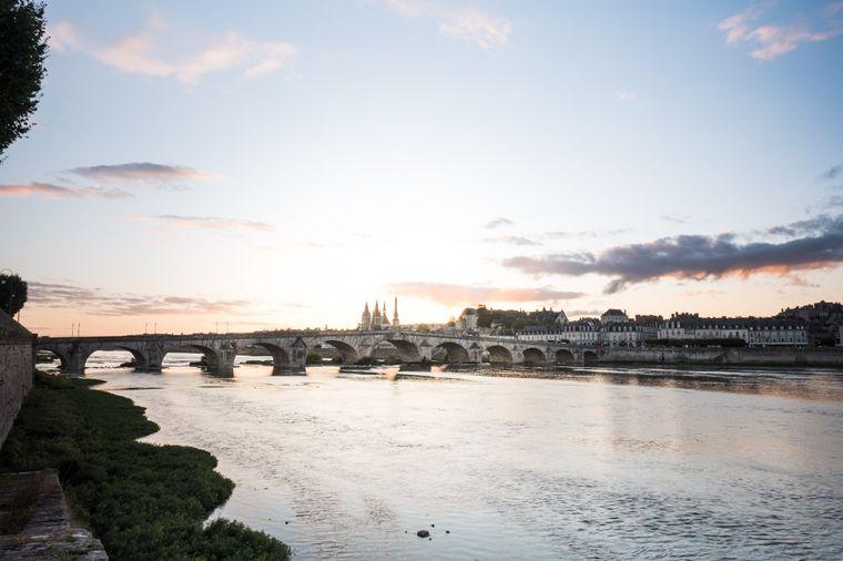Die Loire ist ein Strom in Frankreich, der in den Atlantik mündet.