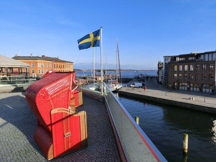 Terrasse der Kron-Lastadie mit Blick auf den Stralsunder Hafen