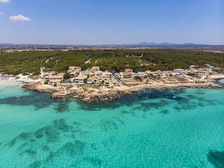 Spain, Balearic Islands, Mallorca, Sa Rapita, Ses Covetes, Aerial view of Playa es Trenc PUBLICATIONxINxGERxSUIxAUTxHUNxONLY AMF06975  imago images / Westend61
