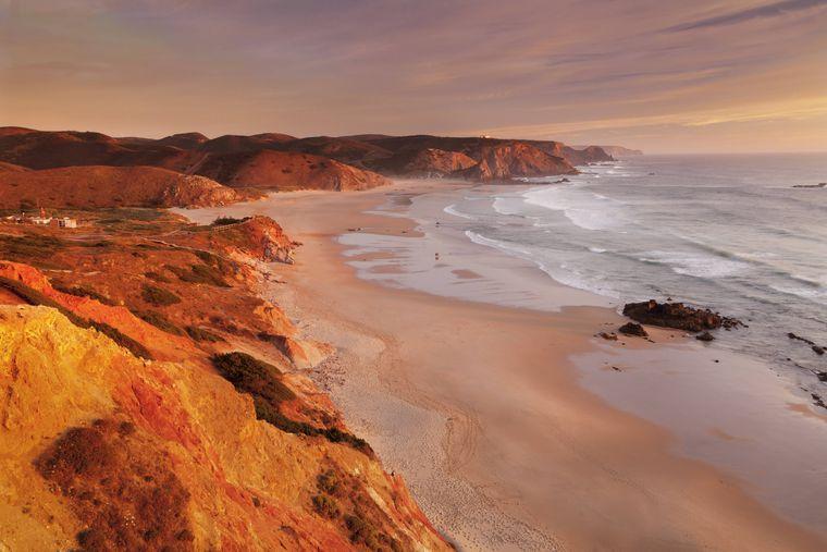 Sonnenuntergang an der Praia do Amado in Portugal.