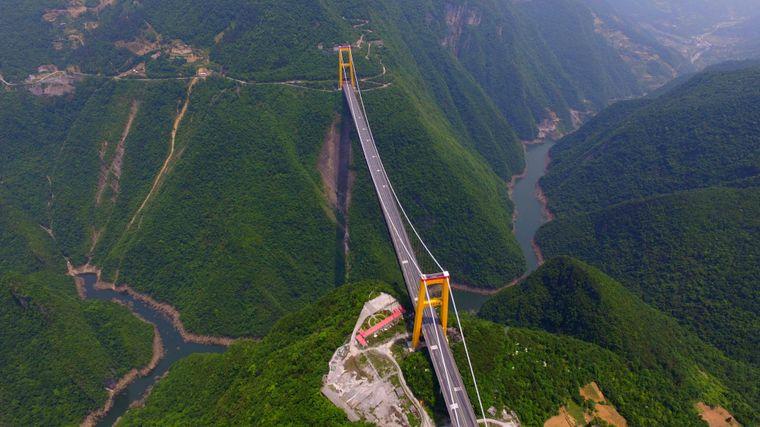 Die Siduhe-Brücke überquert das Tal des Siduhe im Südwesten der chinesischen Provinz Hubei