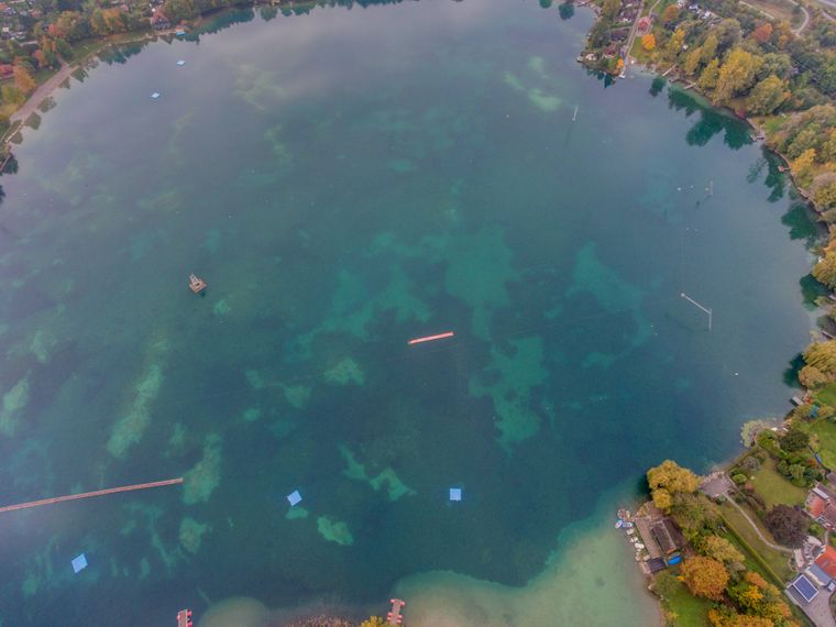 Der Friedberger See bei Augsburg aus der Vogelperspektive.