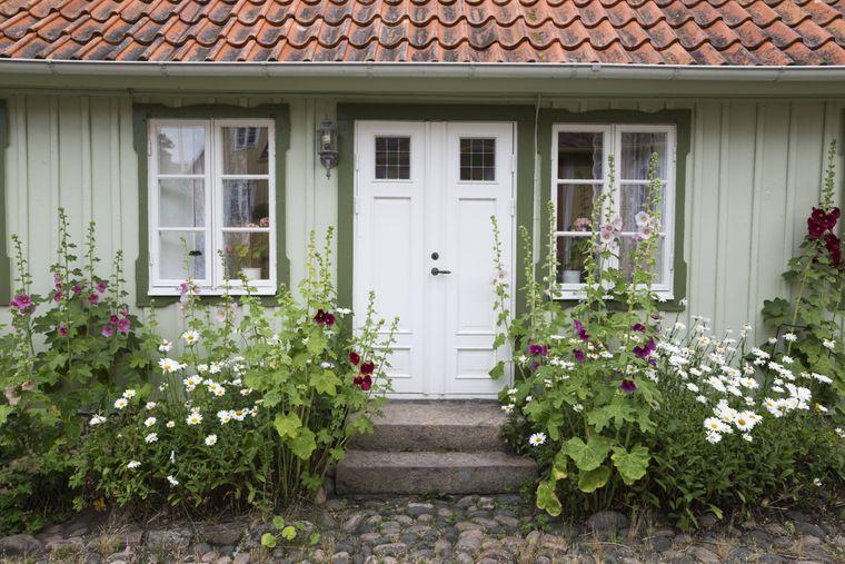 Grünes Häuschen im Fischerdorf Arild auf der Halbinsel Kullaberg, Schweden.