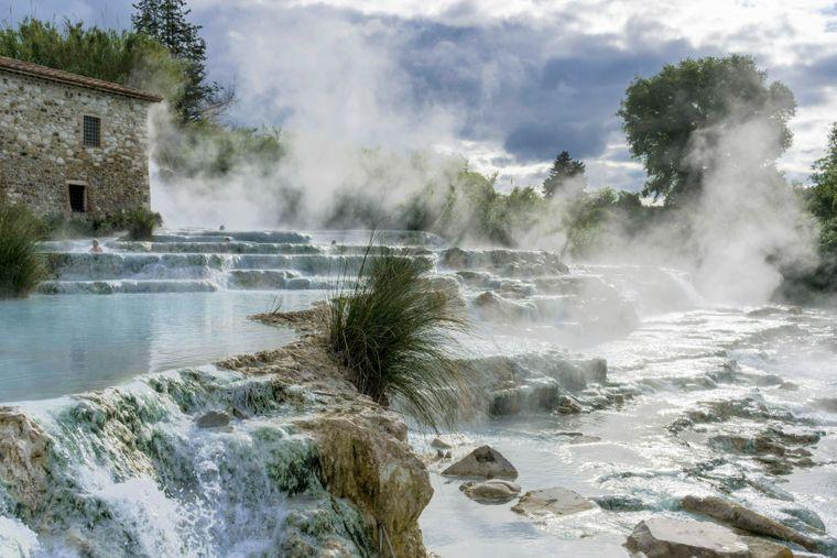 Dampf steigt aus den natürlichen heißen Quellen von Saturnia auf.