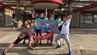Freunde posieren vor dem Freizeitpark Hirakata Park in Osaka, Japan.