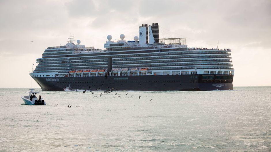 """Das Kreufahrtschiff """"Nieuw Amsterdam"""" auf offener See."""