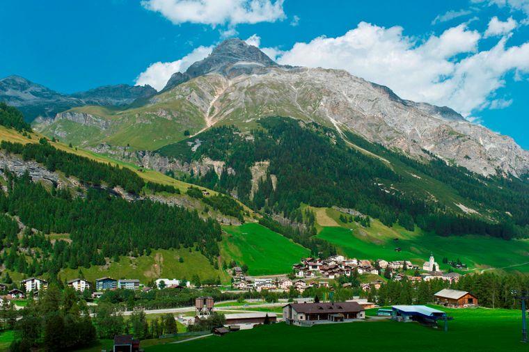 Wandern, Skifahren, Städtetrip: All das ist möglich in der Schweiz. Das gebirgige Land ist geprägt durch seine vielen Seen, Alpengipfel und Dörfer. In Bern oder Luzern erwerben Touristen Schokolade oder Schweizer Uhren – beides nicht unbedingt günstig.