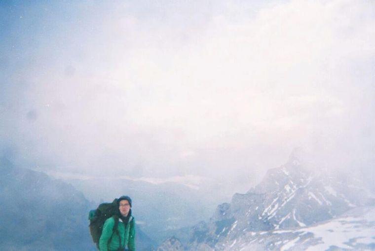 Ein analoges Foto von Marc auf dem Gipfel – umringt von Schnee und Nebel.
