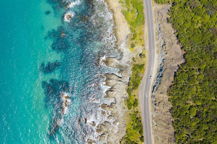 Die Great Ocean Road führt dich direkt entlang der australischen Südküste.