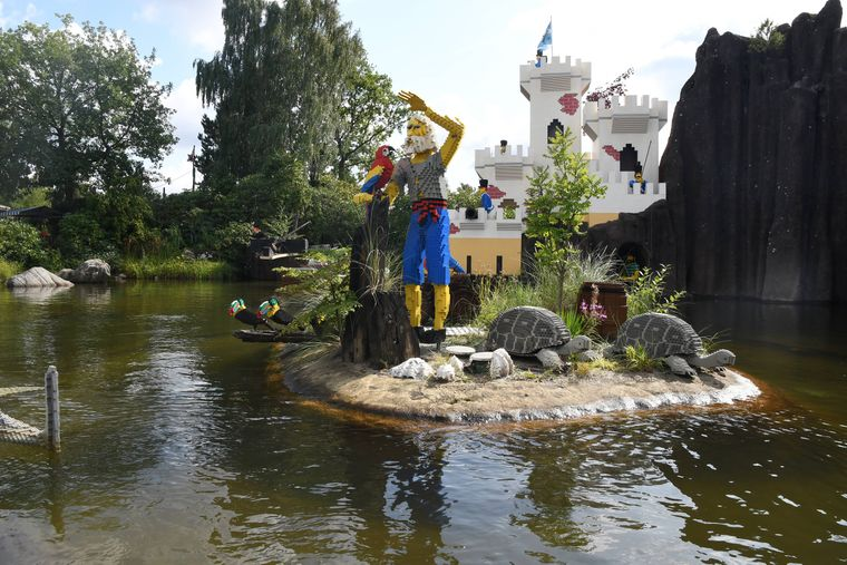 Lego-Figuren in einem See im Legoland Billund in Dänemark.