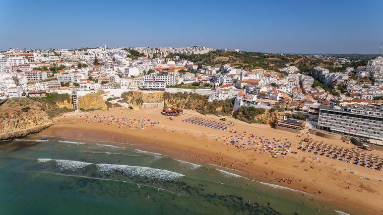 Albufeira ist der Pauschal-Hotspot an der Algarve.
