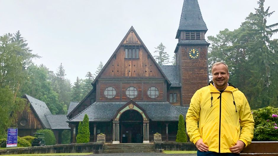"""reisereporter Tom vor dem Südwestkirchhof Stahnsdorf – natürlich passend mit gelber Regenjacke wie der Hauptcharakter der Serie """"Dark"""" sie auch gerne trägt..."""