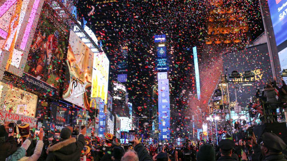 Überfüllte Gassen, teure Tickets: Wegen der Corona-Pandemie wird der Jahreswechsel an New Yorks bekanntester Kreuzung vor allem ein virtuelles Erlebnis.