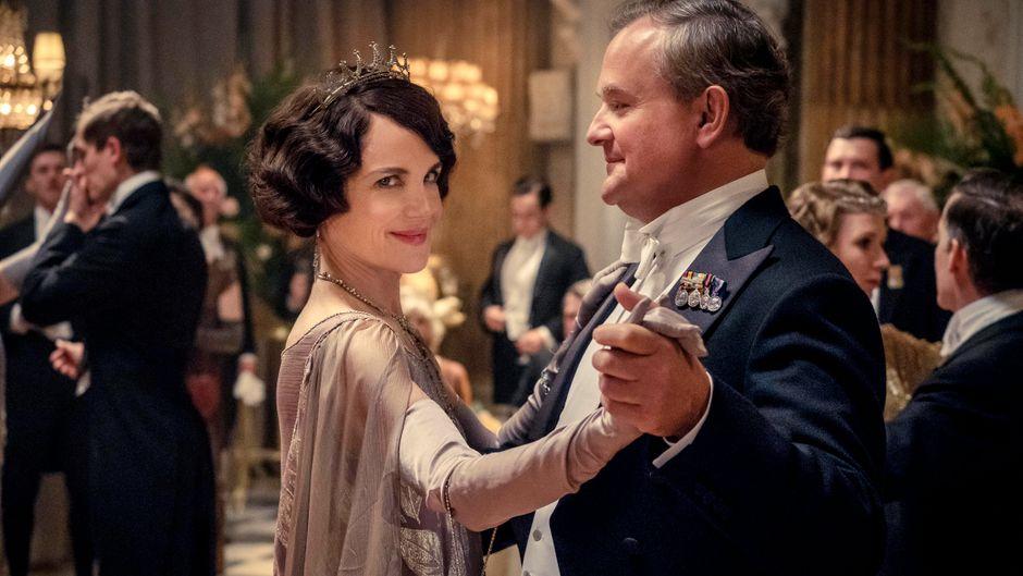 """Szene aus dem Film """"Downton Abbey"""" mit Elizabeth McGovern und Hugh Bonneville."""