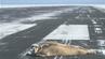 Robbe liegt auf der Landebahn des Barrow-Flughafens in Alaska.