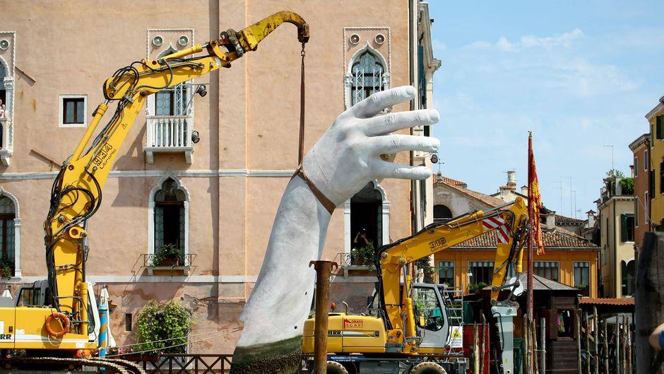 """Die Skulptur """"Support"""" des italienischen Künstlers Lorenzo Quinn in Venedig ist entfernt worden."""