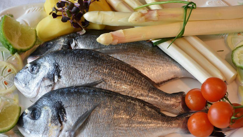 Ob im Brötchen, gebraten, geräuchert oder gekocht: Auf Rügen gibt es viele Möglichkeiten, frischen Fisch zu essen.