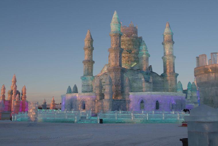 Ein Schloss aus Schnee und Eis beim Eisskulpturen-Festival in Harbin, China.
