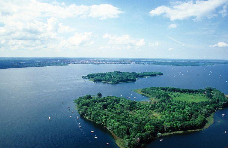 Riesiger See mit drei Inseln: Der Schweriner See.