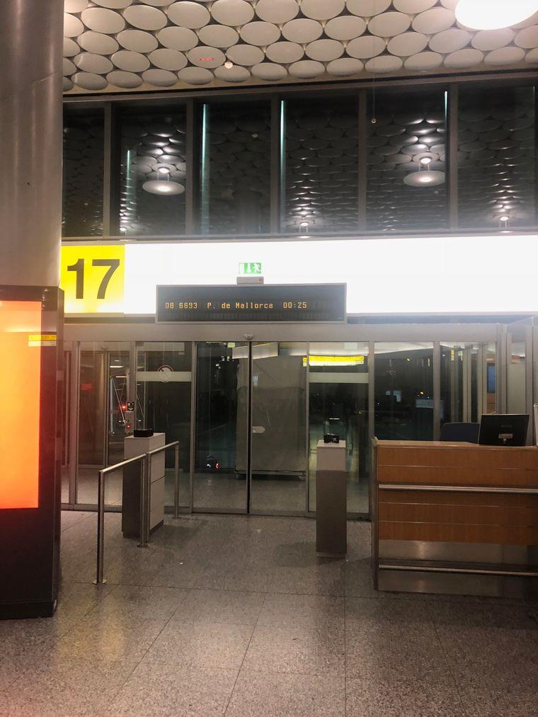 Der leere Boardingbereich am Flughafen in Hannover.