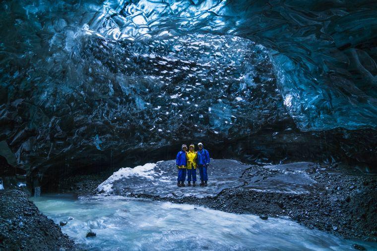 Eishöhlen in Island sind faszinierend, sie befinden sich in Gletschern, die bekannteste ist wohl die Blue Ice Cave im Vatnajokull-Gletscher.