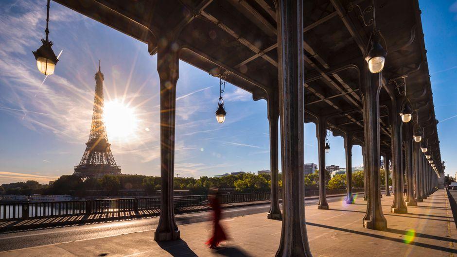 Der Eiffelturm in Paris – Urlauber, die ihn trotz Corona-Pandemie besichtigen wollen, müssen zurück in Deutschland in Quarantäne.