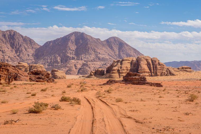 Wüstenstraße im Wadi Rum in Jordanien.
