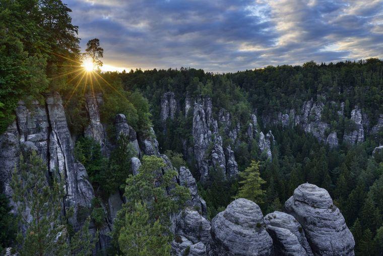 Besonders eindrucksvoll: Der Sonnenuntergang über dem Elbsandsteingebirge nahe Dresden.