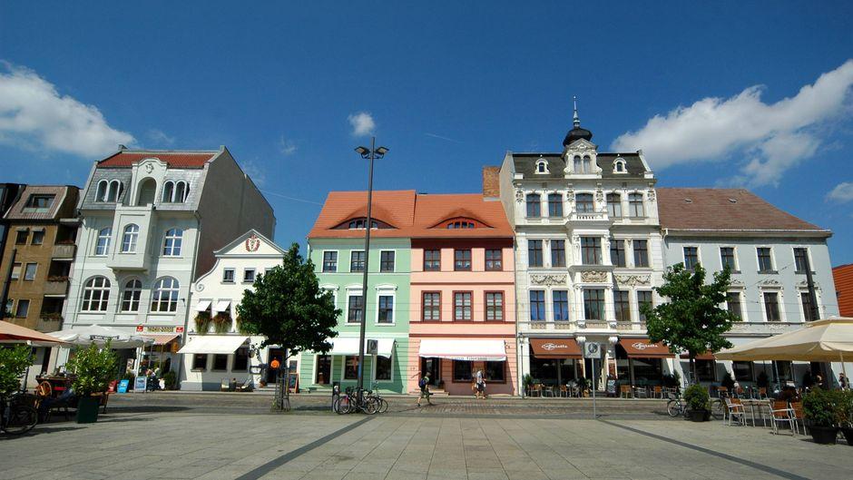 Cafés und Geschäfte am Altmarkt in Cottbus. Welche Bars du abends erkunden musst, verraten wir dir.