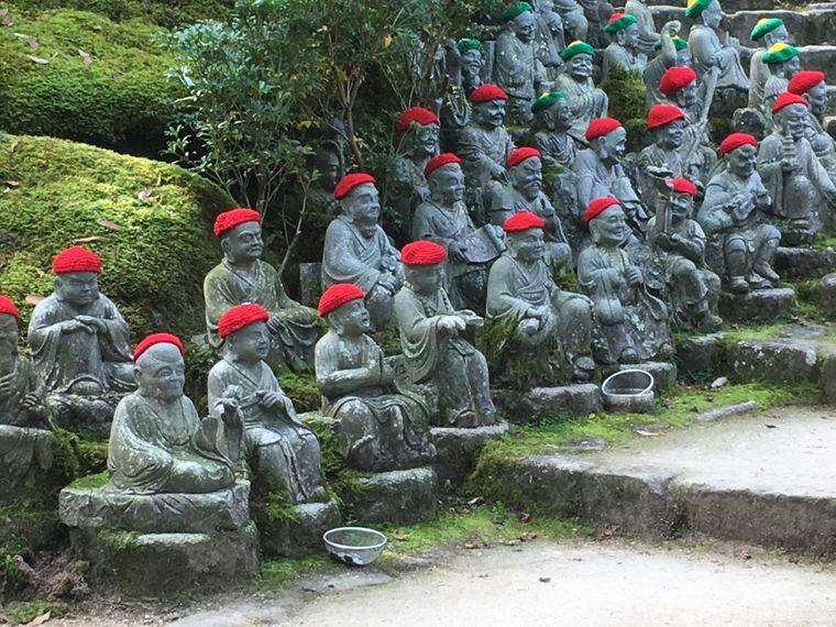 500 Rakan-Statuen stehen am Fuß des Berges Misen am Daisho-in-Tempel.