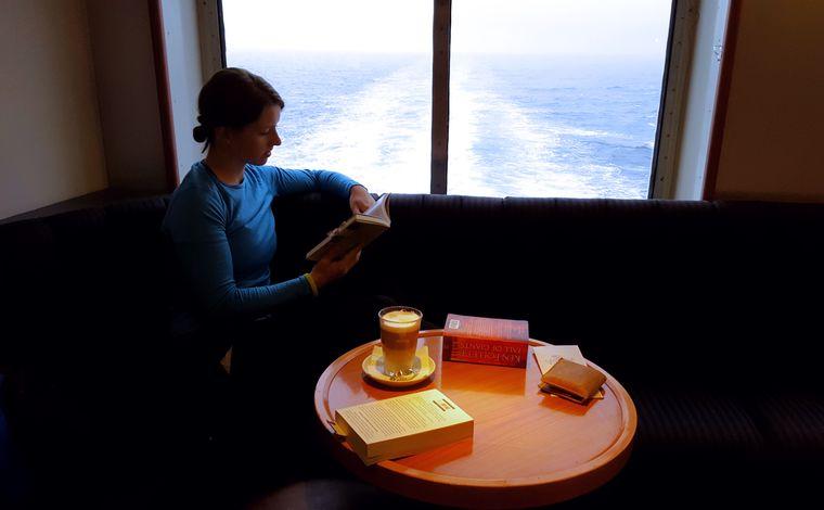 Bei 65 Stunden hat man Zeit, in Ruhe ein Buch zu lesen – und dabei heiße Schokolade mit Schuss zu trinken.