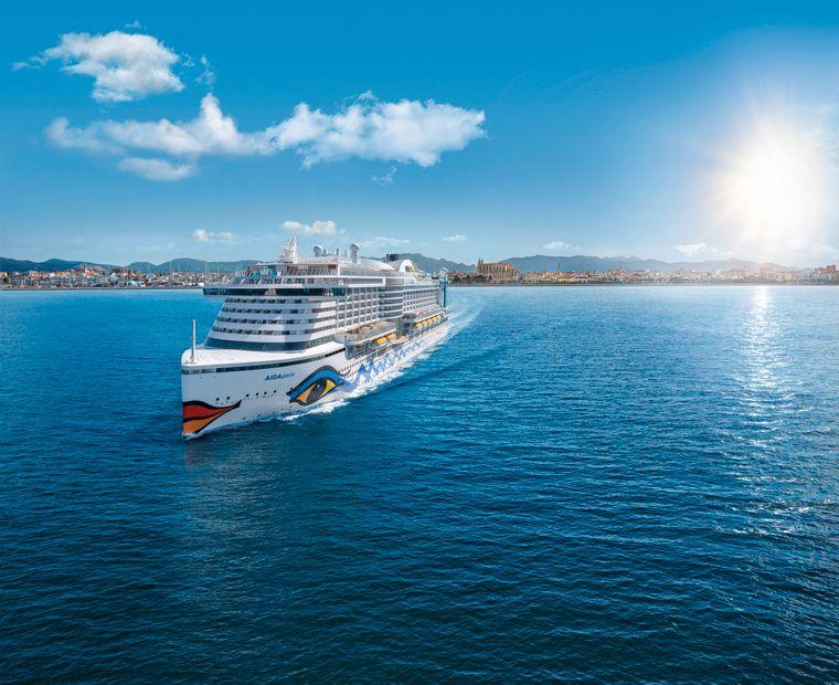 Die AIDA Perla fährt auf dem Meer weg von Palma de Mallorca.